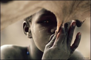 ©Copyright_Kazuyoshi_Nomachi-A_Nuer_boy_sucking_milk_directly_from_the_cow's_udder-Jonglei_South_Sudan-1981