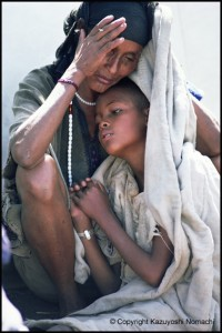 ©Copyright_Kazuyoshi_Nomachi-Mother_and_child_waiting_for_a_medical_exam_at_a_starvation_rescue_camp-Amhara_Ethiopia-1984