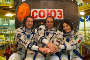 Expedition_42_43_in_front_of_Soyuz